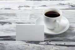 B-cartões vazios da foto com xícara de café em uma textura de madeira Copie o espaço para seu anúncio Fotos de Stock Royalty Free