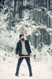 B?cheron d'homme dans la veste thermique avec la hache image libre de droits
