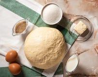 B?ckereibestandteile Sind auf dem Tisch Butter, Eier, Milch, Hefe, Zucker stockbilder
