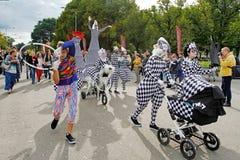 ` B do teatro da rua S ` Do teatro no ` brilhante dos povos do ` do festival no parque Gorkogo no dia da cidade em Moscou Fotografia de Stock Royalty Free