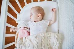 B?b? dormant dans la huche de Co-dormeur attach?e au lit des parents photographie stock
