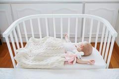 B?b? dormant dans la huche de Co-dormeur attach?e au lit des parents image libre de droits