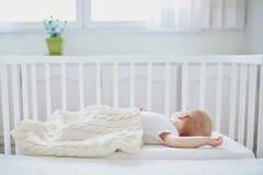 B?b? dormant dans la huche de Co-dormeur attach?e au lit des parents photographie stock libre de droits