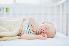 B?b? dormant dans la huche de Co-dormeur attach?e au lit des parents photo libre de droits