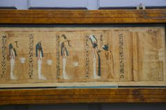 B Forntida papyrus för C - Kairomuseum Royaltyfri Bild