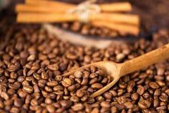 b?nor frukosterar ideal isolerad makro f?r kaffe ?ver white P? en tr?bakgrundsrotation arkivbilder