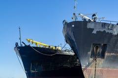 B?gen von Frachtern im Hafen stockfoto
