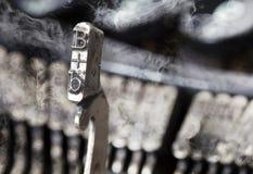 B-hammare - gammal manuell skrivmaskin - gåtarök Royaltyfria Foton