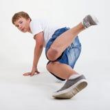 B-Junge, der auf Weiß breakdancing ist Stockfotografie