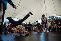 B-Junge, einige Breakdancetricks tuend Lizenzfreie Stockfotos
