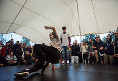 B-Junge, einige Breakdancetricks tuend Stockfotografie