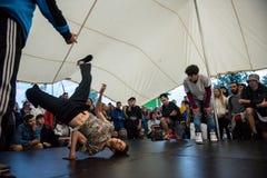 B-Junge, einige Breakdancetricks tuend Stockbilder