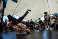 B-Junge, einige Breakdancetricks tuend Lizenzfreies Stockfoto