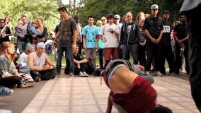 B-Junge Kampf/Wettbewerb Breakdancing im Park stock video