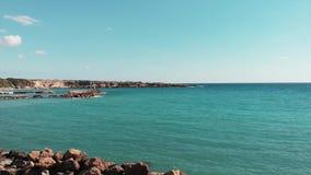 B??kit jasna woda morska Widok z lotu ptaka piękny ocean Truteń strzelający skalisty seashore Widok z lotu ptaka Cypr linia brzeg zbiory