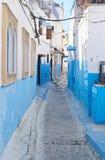 B??kitna miasta Chefchaouen ulica Chefchaouen lub Chaouen miasto w Maroko afryce p?lnocnej B??kita domu ?ciany na ulicie antyczny zdjęcia royalty free