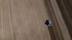 B??kitny ci?gnik orze pole Powietrzna fotografia z trutniem obraz stock