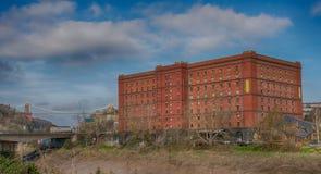 B liga o antigo armazém ligado do cigarro na bacia de Cumberland de Bristol Docks imagem de stock royalty free