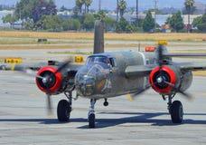 B-25 Mitchell bombowiec przybycie wewnątrz dla lądować Obrazy Stock