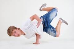 B-muchacho adolescente fuerte que se coloca en helada Foto de archivo libre de regalías