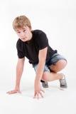 B-muchacho adolescente que presenta en el fondo blanco Imagen de archivo libre de regalías