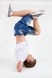 B-muchacho adolescente que se coloca en su cabeza en helada Imágenes de archivo libres de regalías