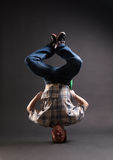 B-muchacho que se coloca en su cabeza Fotografía de archivo