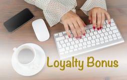 Bônus da lealdade Mulher de negócio que trabalha com computador imagens de stock