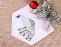 Bônus de Natal como cinco cem dinheiros do euro no envelope fotografia de stock royalty free