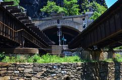 B&O η γέφυρα σιδηροδρόμου στη δυτική Βιρτζίνια πορθμείων Harpers επιτρέπει και στον επιβάτη και στην κυκλοφορία τραίνων στοκ εικόνα