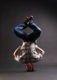 B-ragazzo che si leva in piedi sulla sua testa Fotografia Stock