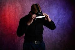 B?rande virtuell verklighetskyddsglas?gon f?r brutal man i studio Anv?nda med VR-h?rlurar med mikrofon royaltyfri fotografi