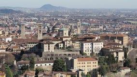 B?rgamo Uno de la ciudad hermosa en Italia Ajardine en la ciudad vieja de la colina de Vigilio del santo metrajes