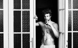 B?rjande stor afton Man med sexigt torsodrinkvin Sexig kropp f?r ungkarl Sexigt attraktivt macho rufsade till att komma f?r h?r arkivbilder