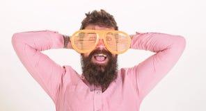 B?rtiger Kerl des Mannes tragen riesige Sonnenbrille mit Luftschlitzen Sonnenbrille macht Attribut und stilvoller Zusatz Urlaub H lizenzfreies stockfoto