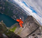 B.A.S.E. le cavalier dans le wingsuit branche chez Kjerag Photo libre de droits