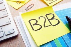 B2B scritto su un bastone dell'appunto Concetto tra imprese Immagini Stock