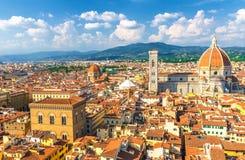 B?sta flyg- panoramautsikt av den Florence staden med den Santa Maria del Fiore f?r DuomoCattedrale di domkyrkan royaltyfria foton