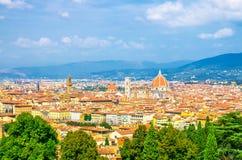 B?sta flyg- panoramautsikt av den Florence staden med den Santa Maria del Fiore f?r DuomoCattedrale di domkyrkan arkivfoto
