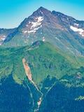 B?sta sikt av bergskedjan och maxima som t?ckas med sn? arkivfoto