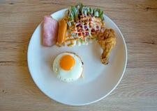 B?sta sikt av den amerikanska frukosten p? tr?bakgrund arkivbilder