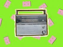 B?sta sikt av en retro radiomottagare p? en gul bakgrund Kultur av 70-tal Top besk?dar royaltyfri fotografi