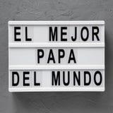 B?sta sikt, ?El Mejor Papa Del Mundo ?ord p? modernt br?de ?ver konkret yttersida ?ver huvudet fr?n ?ver, framl?nges lekmanna- da royaltyfri fotografi