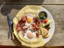 B?sta sikt p? en platta av bacon och ?gg arkivfoto