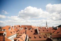 B?sta sikt till tak f?r r?d tegelplatta av den Prague staden arkivbilder