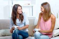 B?sta v?n som spelar videospel royaltyfri bild