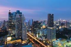 B?timent moderne au district des affaires de Bangkok ? la ville de Bangkok avec l'horizon au cr?puscule, Tha?lande photos libres de droits