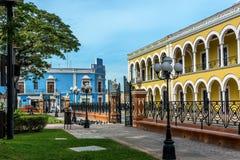 B?timents color?s avec des colonnades dans Campeche, Mexique image libre de droits