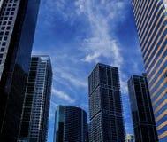 B?timents de district des affaires avec un fond de ciel bleu image stock