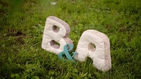 B- und a-Buchstaben in einem Park am Rasen stock video
